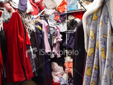 ist2 189596 messy closet
