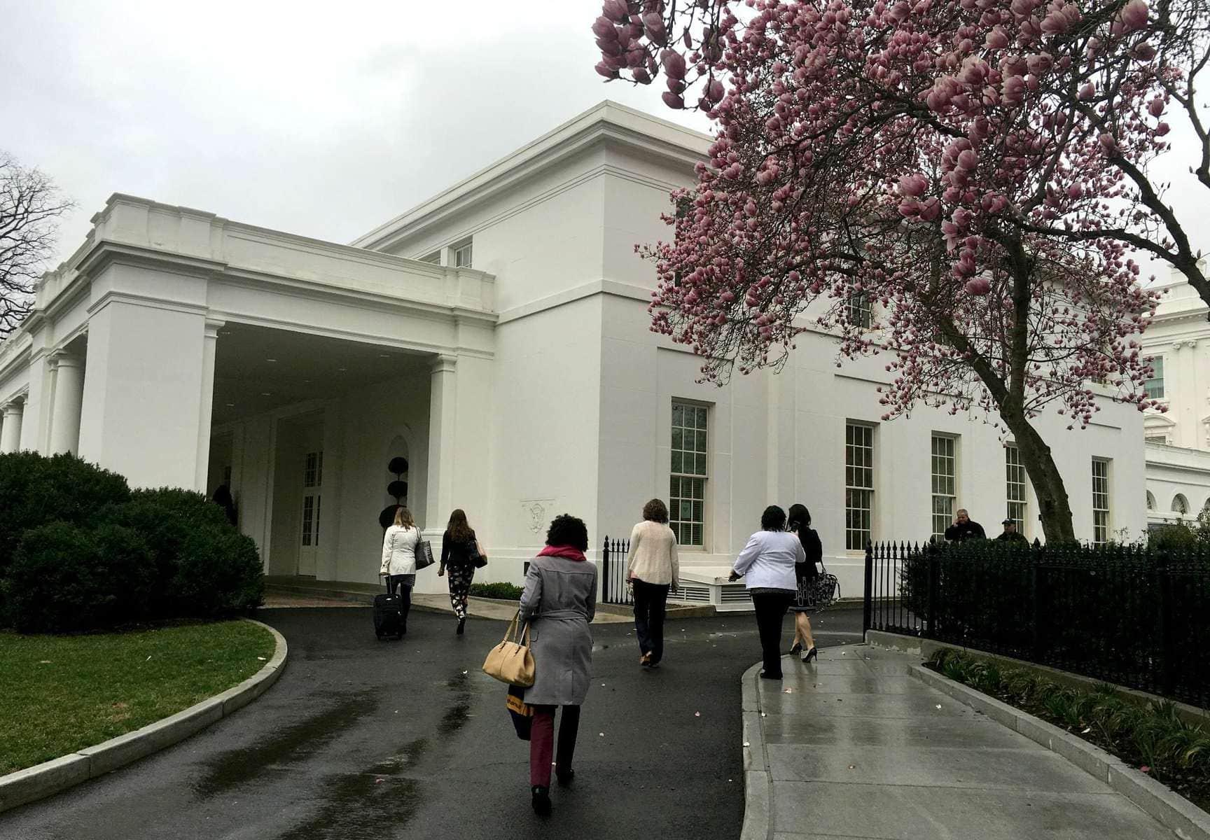 OMG OMG OMG I'm walking into the White House!!
