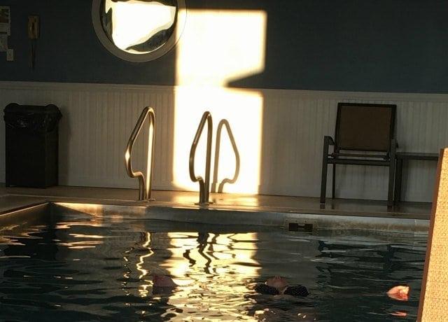 Avenue Inn Pool - Wardrobe Oxygen